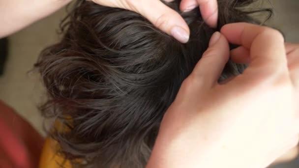 Detail. 4k, zpomalené. ženské ruce, nalezení vši na hlavy s hnědými vlasy. léčbě pedikulózy.