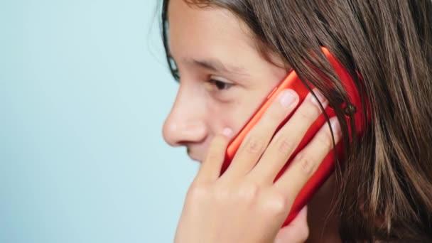 Dospívající dívky na sobě župany vysušují vlhké dlouhé vlasy po sprchování v zrcadle.