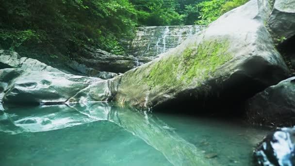 Horský vodopád v lese. 4k, pomalý pohyb