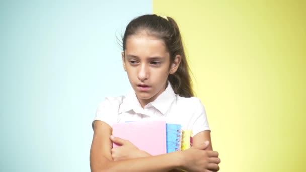 Portréty v pubertě v školní uniformu na barevném pozadí. koncepce výuky. Teenager dělá legrační obličeje. nedoufala, protože on nechce jít do školy. kopie prostor