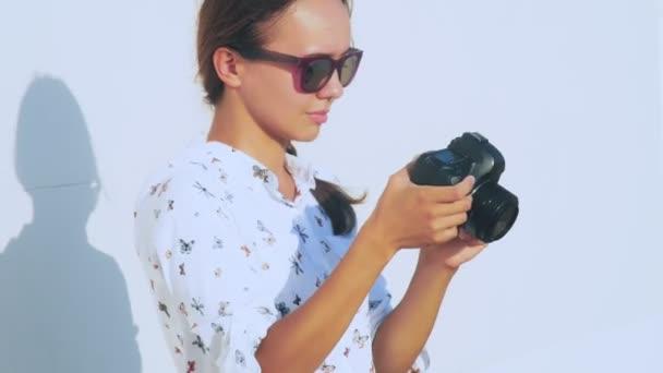 Dívka fotograf pořídí model v průchodné, close-up, objektiv fotoaparátu. 4k.