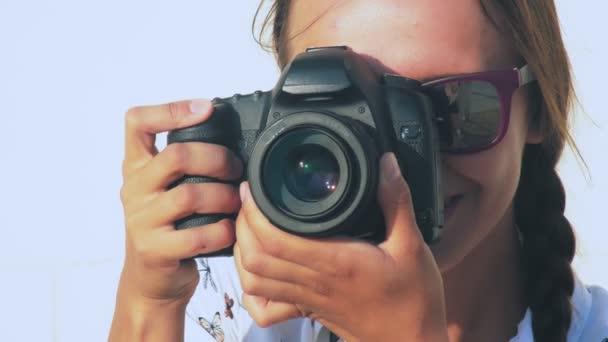 A lány fotós lő a modell, a szabadban, közelkép, a lencse a kamera. 4k.