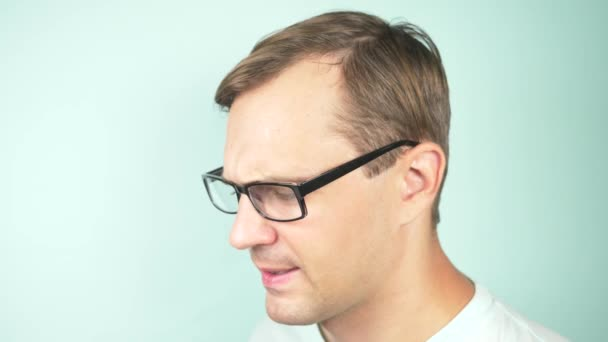 Zavřete portrét pohledný muž v brýlích. koncept oftalmologie. 4 k, close-up, pomalý pohyb
