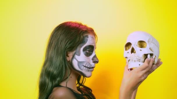 Halloween Mädchen Mit Make Up Skelett Auf Halbe Gesicht Verkleidet