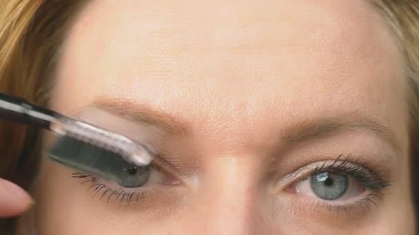 Super-Großaufnahme, Frau malt Augenbrauenstift für Augenbrauen. 4k, Zeitlupe. Frau beim Make-up