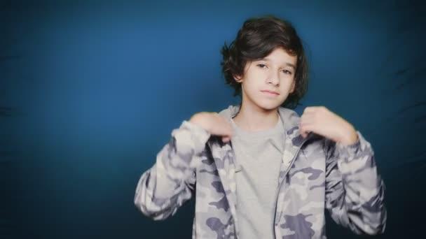 Zpátky do školy. Portrét dospívající chlapce, který představuje pro fotoaparát v podzimních kousků. chromatický klíč. Vzdělání.
