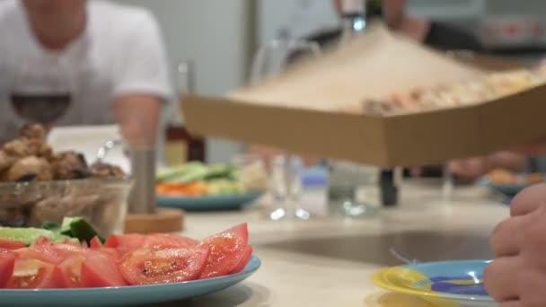 koncept hostina doma. jídla s jídlem na stůl holiday v zaměření, lidé v pozadí jsou rozmazané.