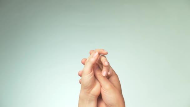 Pár v lásce. Vzájemně se dotýkají ženské a mužské ruky. Dvě zbraně. Koncept něhy, lásky a péče. Partnerství a přátelství.