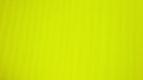 ženské ruce dát žluté mango na jasně žlutým pozadím. Minimální ovoce concept.