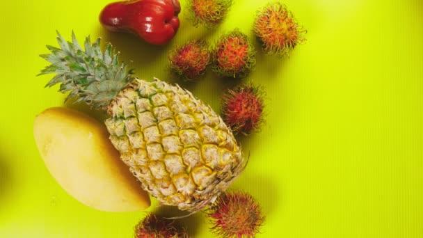Hände nehmen tropische Früchte mit leuchtend gelbem Hintergrund weg. Minimales Fruchtkonzept.
