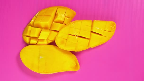 Ženské ruce vyzvednout žluté mango z zářivě růžové pozadí. Minimální ovoce concept.