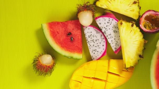 tropische Früchte auf leuchtend gelbem Hintergrund. Minimales Fruchtkonzept. Kopierraum