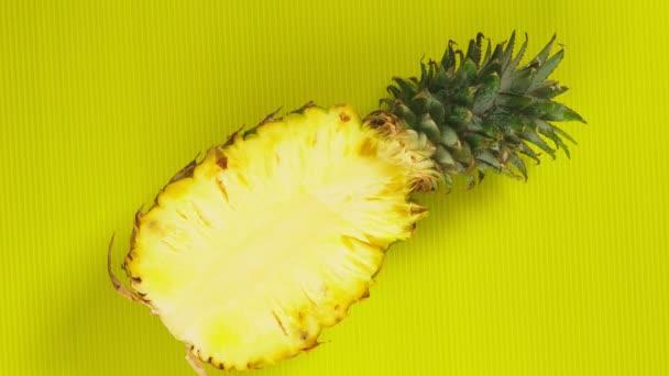 női kezek fel ananász élénksárga a háttér. Minimális gyümölcs fogalma.