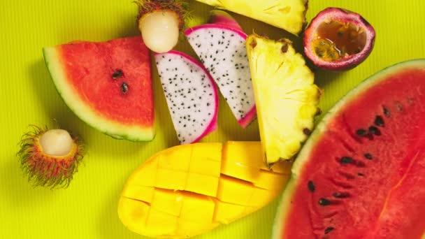tropische Früchte auf leuchtend gelbem Hintergrund. Minimales Fruchtkonzept. Kopierraum.