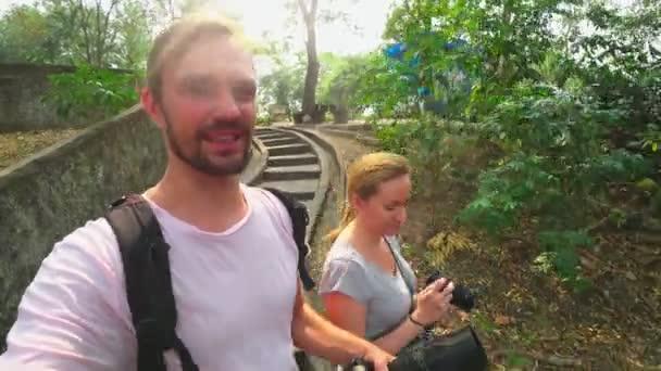Šťastná rodina bloggerů kamerami je záznam blog na akční kamery procházky tropickým parkem.