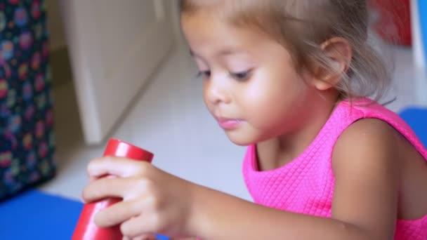 Malá Asiatka roztomilá holčička hraje kostky, sedící na podlaze barevné. Koncepce vývoje dítěte