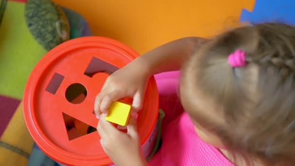 Malé roztomilé asijské dívka hraje vzdělávací hry s kostkami. studie z geometrického tvaru objektů
