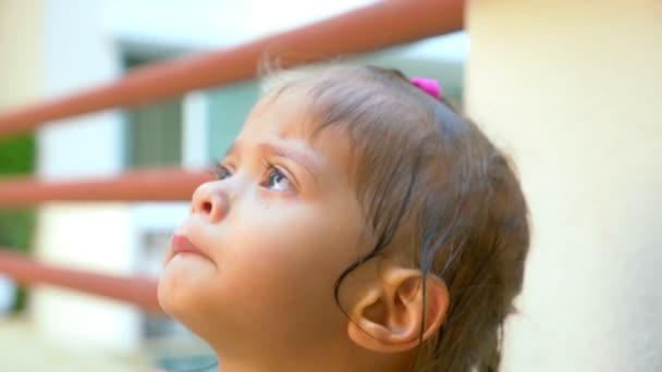 Closeup, portrét malá roztomilá Asiatka s pláčem slzy na její tváři.