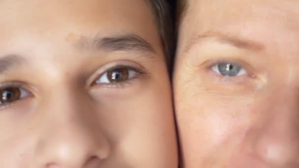 modré oči ženy a hnědé oči dítěte okolí, detail