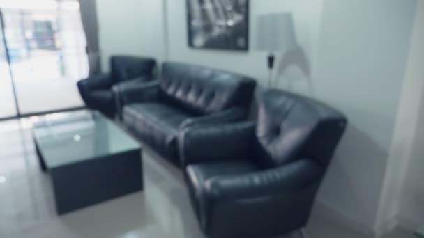 rozmazané pozadí. interiér moderní obývací pokoj s černým koženým nábytek a skleněné tabulky