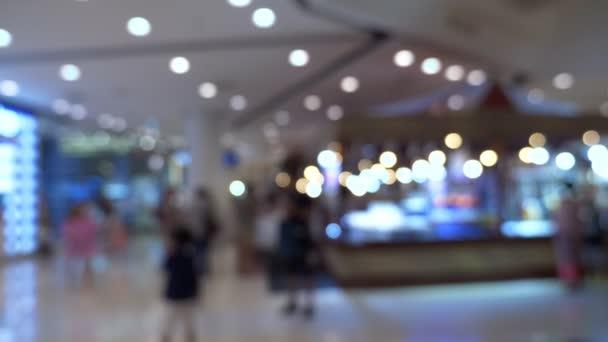 arka plan bulanık. İç güzel modern lüks mağazalar ve perakende mağaza bulanıklık. alışveriş merkezinde yürüyen insanlar.
