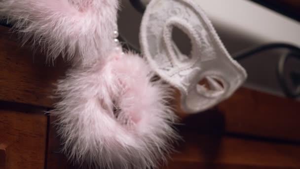 Pelz, Handschellen und Spitzen-Maske auf dem geschmiedeten Kopfteil. Close-up