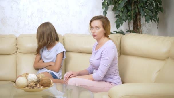 zklamaná matka jí přičítala dceru, která ji ignoruje a seděla na pohovce v obývacím pokoji