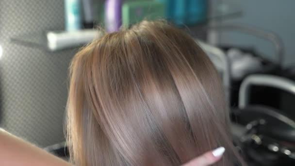výsledky barvení a léčby vlasů. Krásný účesu mladé ženy po barvení vlasů v salonu krásy.