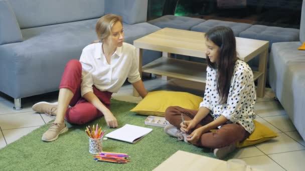 női pszichológus végez diagnosztika tizenéves lány, projektív rajz módszer. iskolákba, tanulási problémák koncepciójára