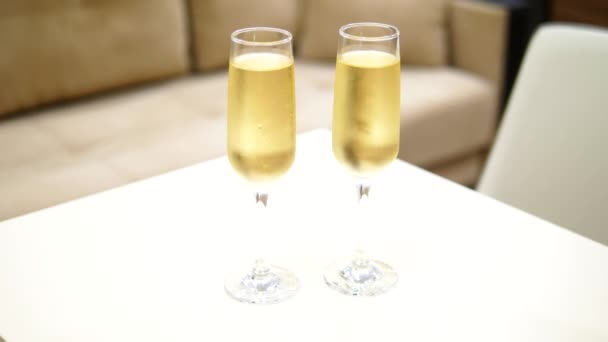 két pohár pezsgő egy homályos háttér hálószoba belsejében egy luxus szálloda.