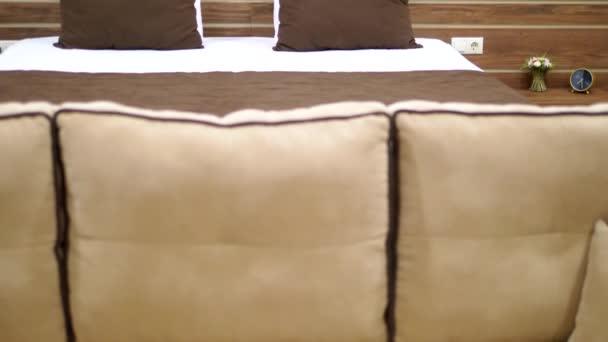 Fehér és barna hangulatos modern hálószoba belső