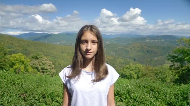 Portrét. okouzlující dospívající dívka na pozadí nádherné horské krajiny a modrého nebe
