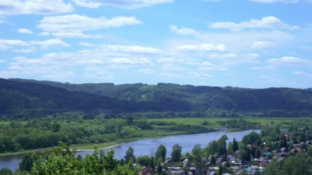 malebná krajina, výhled na vesnici u břehu řeky, modrá obloha