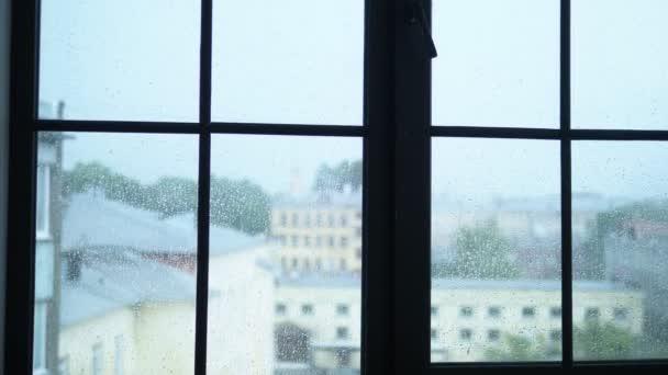Regentropfen auf Glasscheibe mit Blick auf die Stadt. Unschärfe, Kopierraum