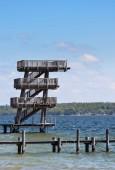 Fotografie Eine Reihe von Sprungbrettern erstreckt sich über das blaue Wasser des Sees Ammersee in der Stadt Utting