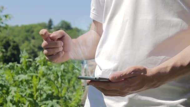 Mann zeigt Konzept-Hologramm-Rat auf seinem Handy