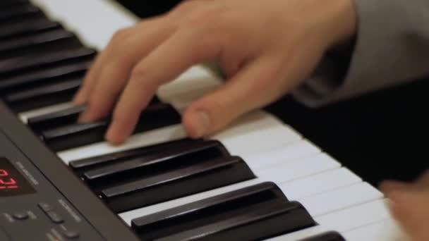 Perspektivischer Blick männlicher Pianisten Hände drückt auf die Tasten