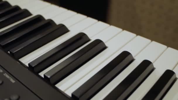 A férfi zongoristák keze megnyomja a gombokat