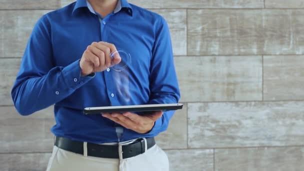 Mann benutzt Hologramm mit Text