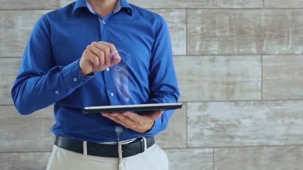 Muž používá hologram s textem online univerzita