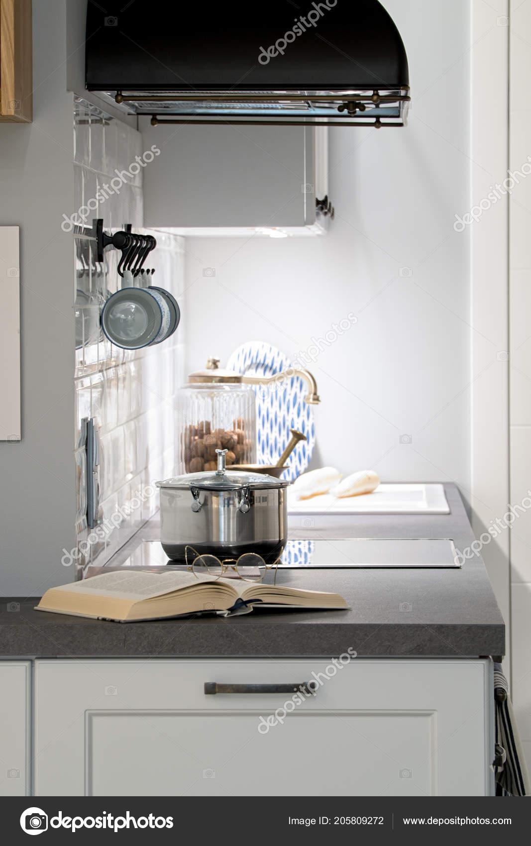 Vintage Retro Cucina Bianca Grigia Argento Vaso Libro Occhiali Cappa ...