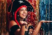 Fotografie Schöne junge Frau, die Spaß mit einer gefälschten Party Piratenkostüm. Brasilianischer Karneval Konzept