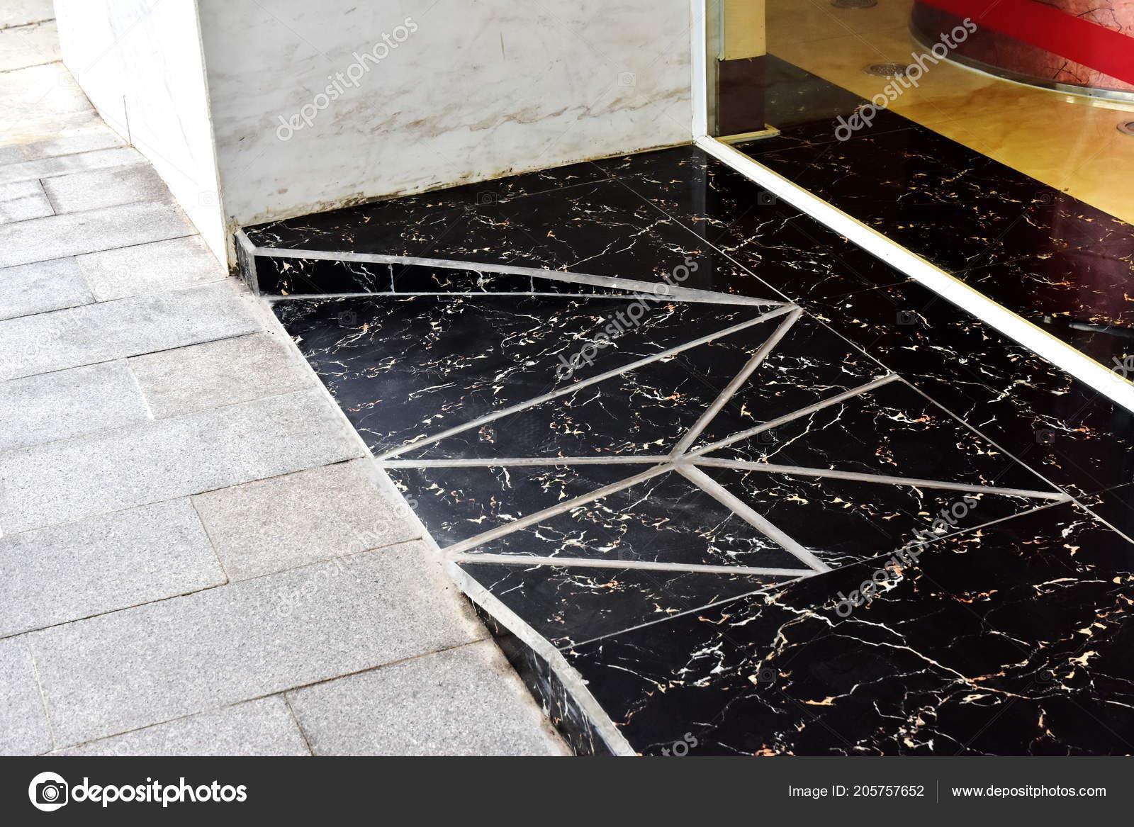Nera rampa segmenti triangolari piastrelle marmo ingresso dell