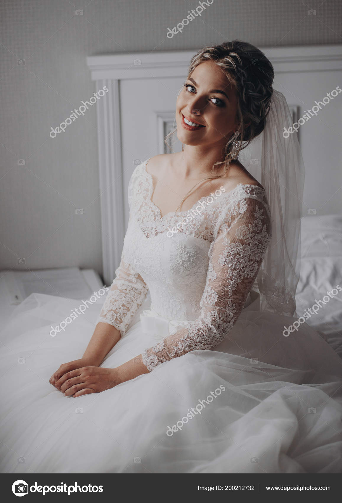 7a634b92b58 Μια Ωραία Νύφη Ρυθμίζει Σκουλαρίκι Όμορφη Νύφη Στο Δωμάτιο Πρωί ...