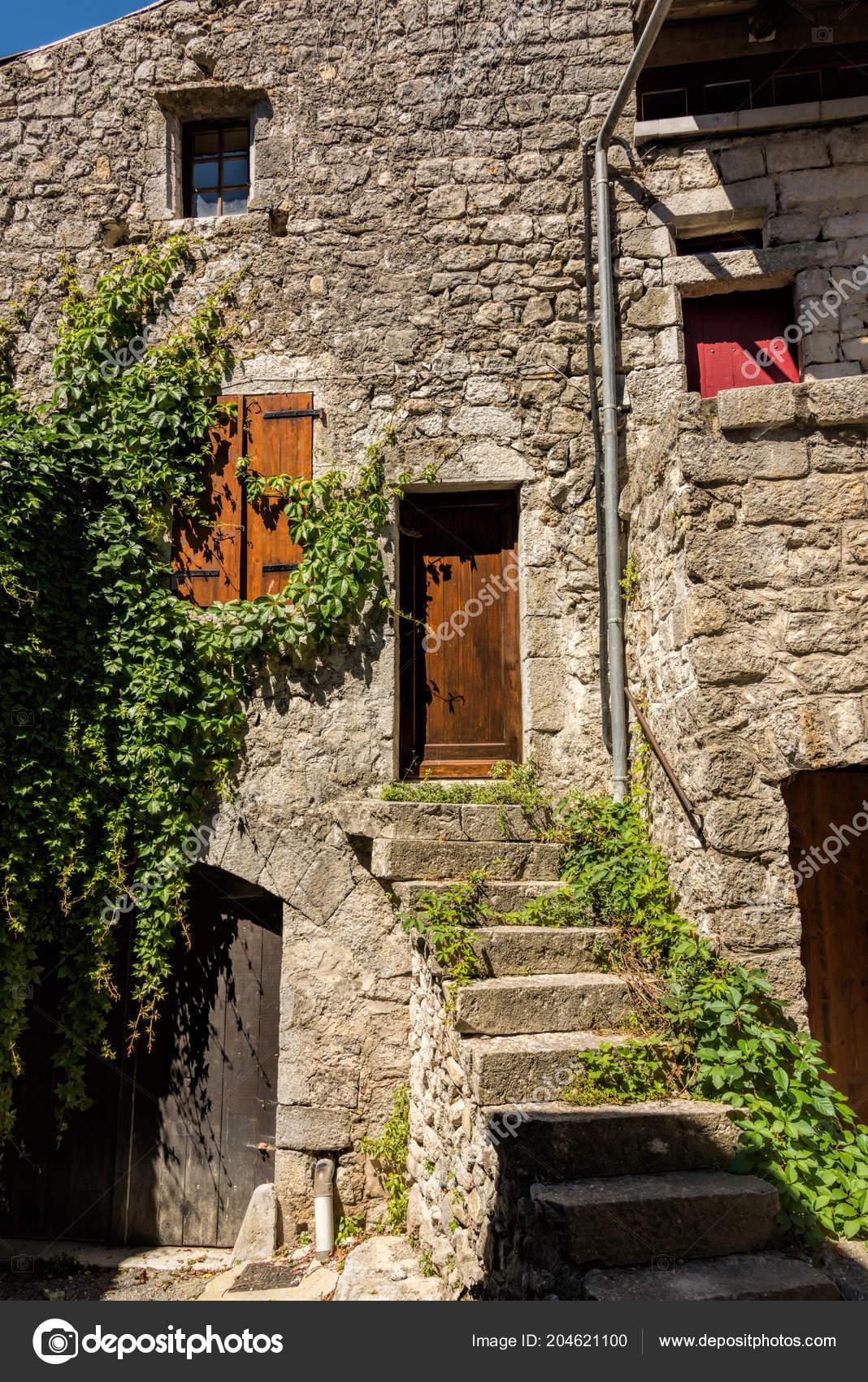 входная дверь открытой лестницей старый каменный дом