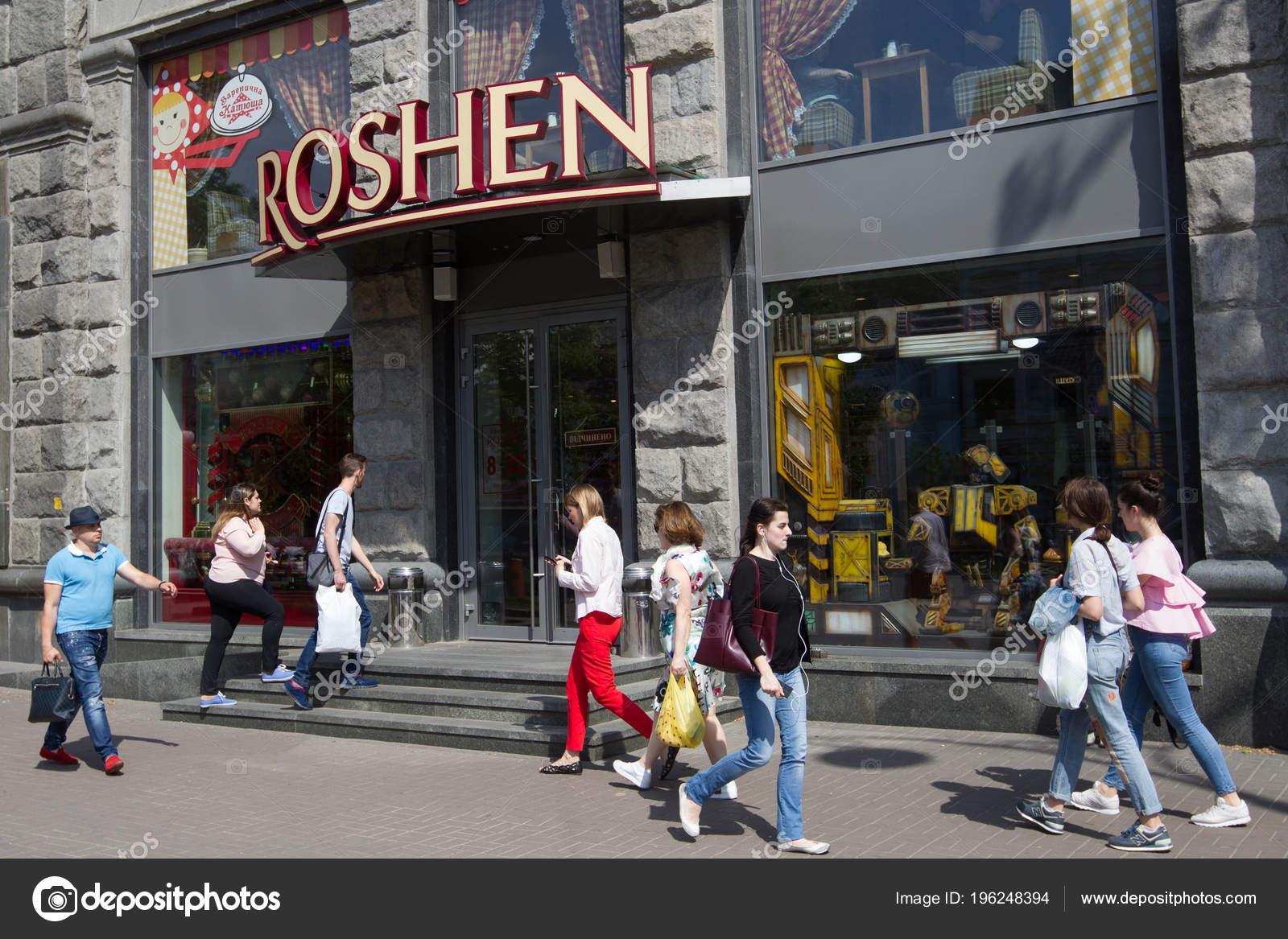 03be918c01ba32 Люди проходять біля Кондитерська корпорація Roshen магазині в центральний  Київ. 16 травня 2018 — Фото від oleksii.chumachenko