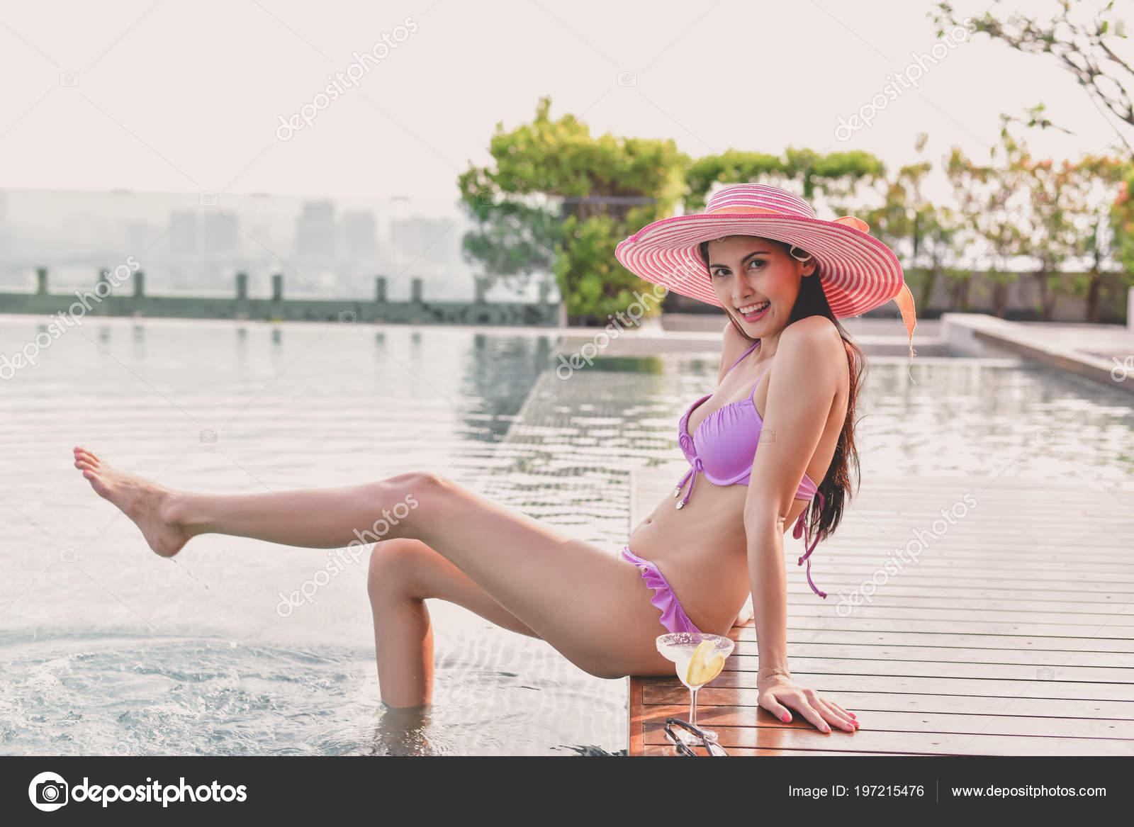 de64d04171df Concepto Traje Baño Hermosa Chica Con Rosa Traje Baño Hermosa — Foto ...