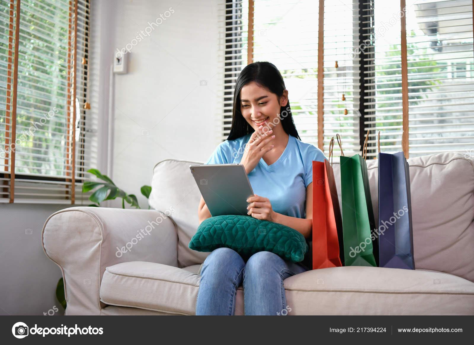 d43df5fcd36f Concepto Línea Compras Hermosas Chicas Están Comprando Ropa Línea ...