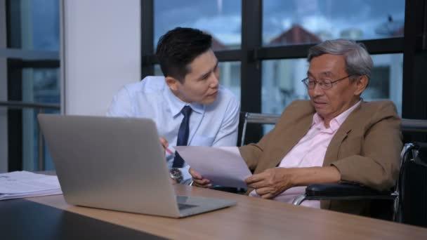 Obchodní koncepce. Tělesně postižení pracují s mladými muži v kanceláři.