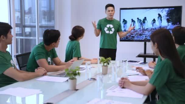 Beteiligungskonzept. Ein ehrenamtliches Team, das sich im Besprechungsraum über die Arbeit unterhält. 4k-Auflösung.